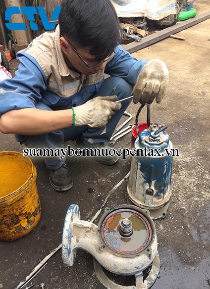 Khắc phục lỗi nước vào khoang dầu máy bơm chìm Pentax DMT